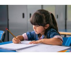 Как правильно выбрать стол для ребенка